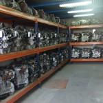 Almacén de motores colocados en estanterías